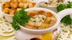 Суп с грибами, сухариками и сыром с благородной плесенью