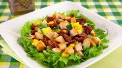 Салат с вялеными помидорами и курицей
