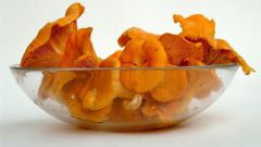 Лисички с овощами и соусом песто