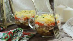 Новогодний слоеный салат в чашке