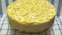 How to decorate a cake with bananas