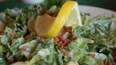 """Как приготовить салат """"Цезарь"""" с курицей"""