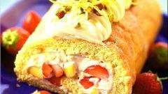 Бисквитный рулет с лимонным кремом и свежими фруктами