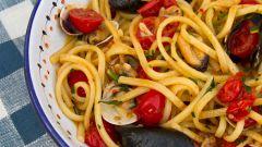 Спагетти с моллюсками, мидиями и помидорами