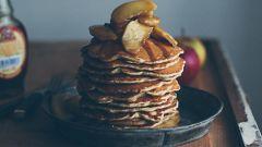 Панкейки с яблоками и кленовым сиропом