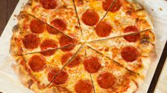 Тонкая сырная пицца с пепперони