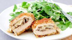 Свиные «кармашки» с грибами и сыром в панировке