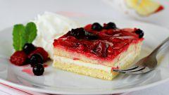Как приготовить двухслойный пирог с творожным кремом и свежими ягодами