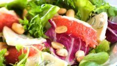 Легкий салат с сыром бри и кедровыми орехами