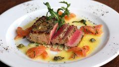 Стейк из тунца с овощной капонатой по-итальянски