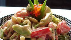 Как делать салаты из консервированной рыбы