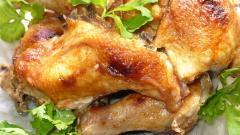 Как запечь курицу в фольге в духовке