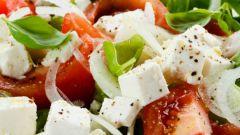 Какой сделать салат из перца, помидоров и огурцов