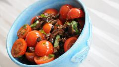 Пестрый салат с хрустящими гренками