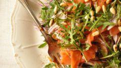 Салат с рукколой и слабосоленой семгой