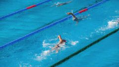 Как выйти из бассейна, если слетели плавки от купальника