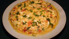 Вкусный завтрак: яичница с колбасным сыром