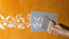 Как покрасить стену с использованием специального трафарета?