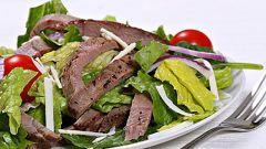 Как готовить сытные мясные салаты