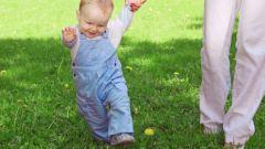 Когда ребенок должен начинать ходить