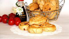 Постные булочки с травами и вялеными томатами