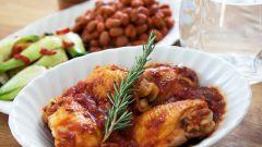 Как приготовить куриные бедра с травами в томатном соусе