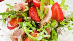 Салат из клубники и ветчиной