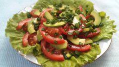 Лёгкий салат из помидоров и авокадо