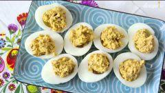 Белковый завтрак: начиненные яйца