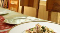 Теплый салат с грибами и сметанным соусом