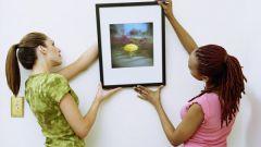 Как повесить картину на стену, не используя гвозди