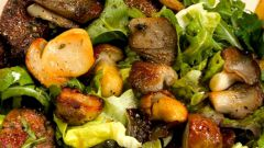 Теплый салат из грибов и фризе