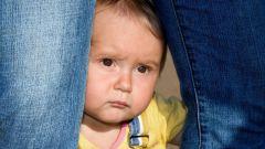 Что делать, если ребенок боится незнакомых людей