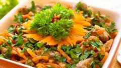 Сытный салат с говяжьим сердцем и орехами