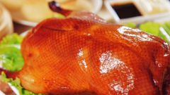 Утка, запеченная в духовке: секрет хрустящей корочки