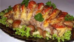 Свинина, запеченная гармошкой, с картофельными грибочками
