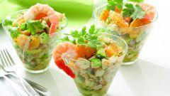 Как вкуснее всего готовить салат с креветками.