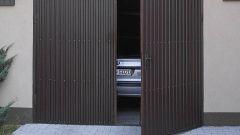 Как сделать запоры на распашные гаражные ворота