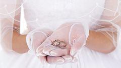 Как носить атласные перчатки с кольцами