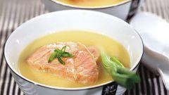 Как приготовить холодный суп из лосося с луком-пореем