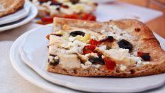Греческая пицца с курицей и соусом дзадзики