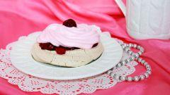 Пирожное с вишневой начинкой и клубничной шапочкой