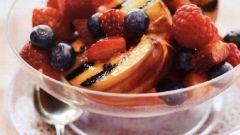Ягодный салат с жареным нектарином