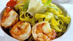 Лапша из шпината с креветками