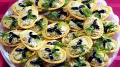 Полезный салат из морепродуктов в тарталетках