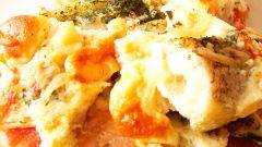 Рыба, запеченная под омлетом с орехами