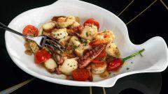 Жареные морепродукты с чесноком и томатами
