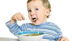 Когда начать кормить ребенка обычной пищей