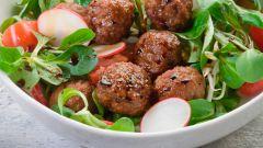 Теплый салат с мясными шариками