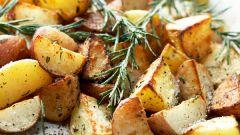 Картофель в сметане, запеченный в углях